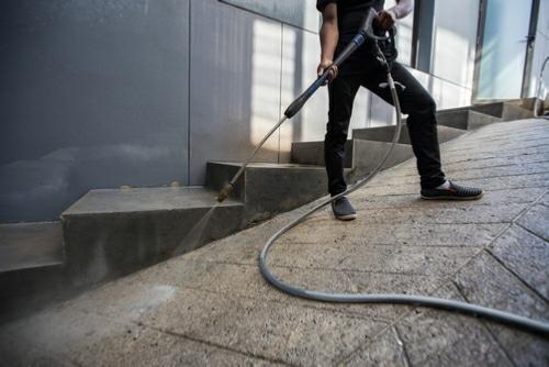 Opération de nettoyage industriel par haute pression