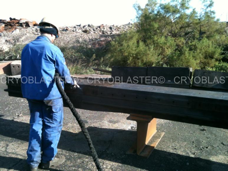 Opérateur d'entreprise de nettoyage cryogénique nettoyant poutre d'acier