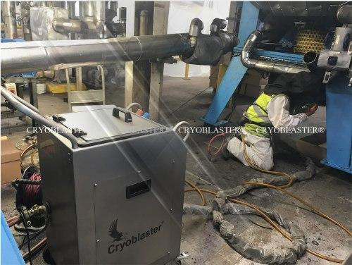 Machine de nettoyage cryogénique en action