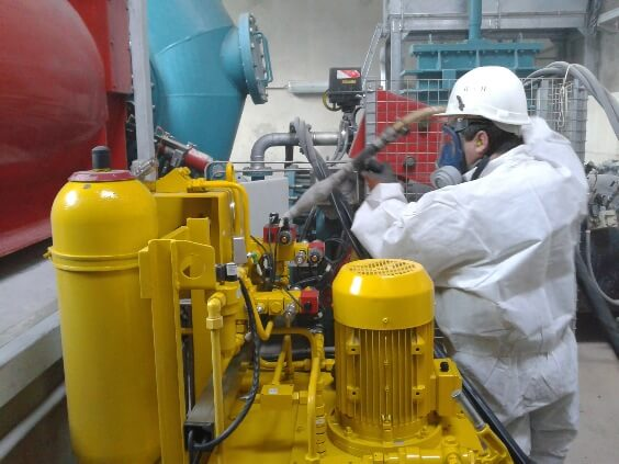 Operator of dry ice blasting on hydaulic unit