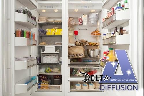 Glace carbonique dans réfrigérateur pour conserver les aliments