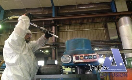 Opération de nettoyage cryogénique avec glace sèche