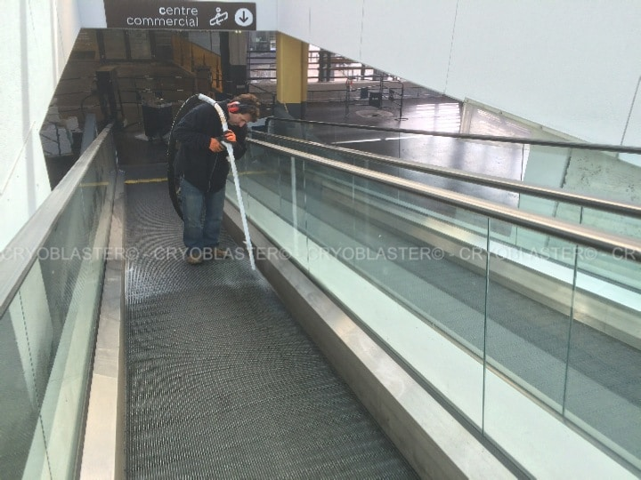 Dry escalator cleaning by cryogenics